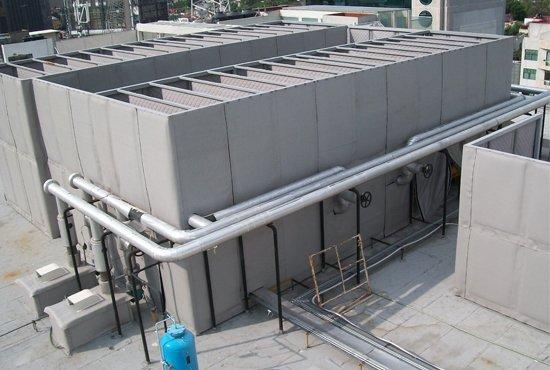 Caseta acústica parcial a base de paneles flexibles para exteriores