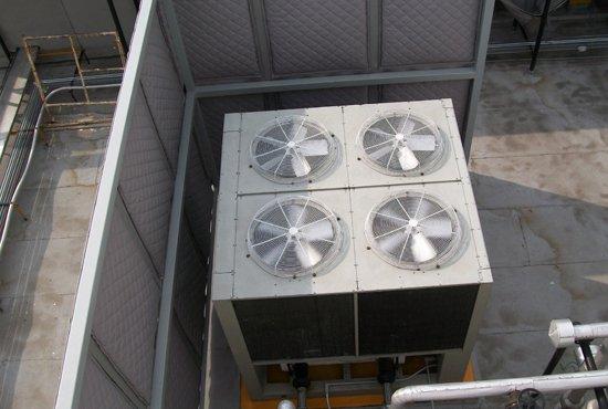 Caseta acústica parcial a base de paneles flexibles para exteriores.